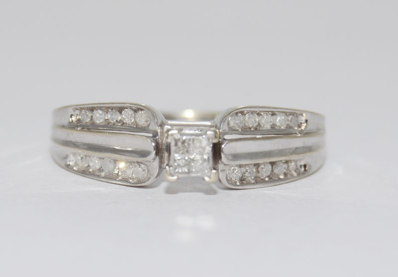 10K White Gold Princess Cluster Tapering Band Diamond Engagement Ring sz 8.5