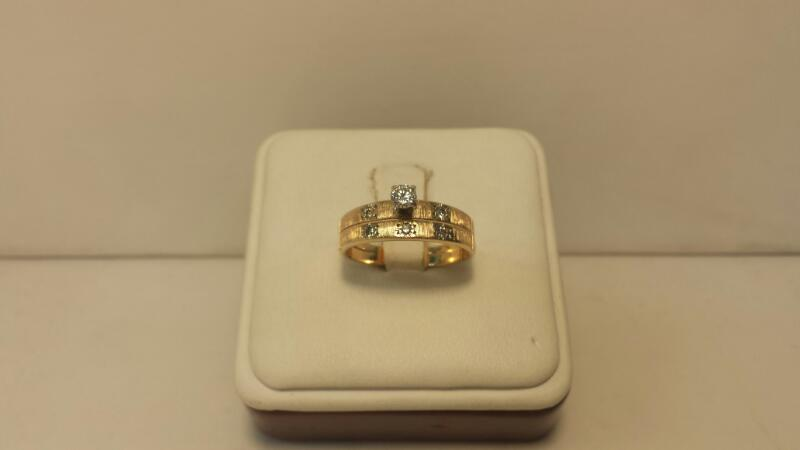 14k Yellow Gold Ring with 6 Diamonds at .18ctw - 2.2dwt - Size 7