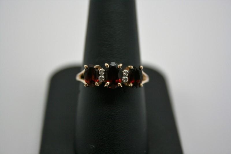 LADY'S FASHION GARNET & DIAMOND RING 14K YELLOW GOLD
