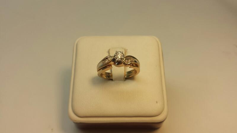 10k Yellow Gold Ring with 7 Diamonds at .12ctw - 2.7dwt - Size 7