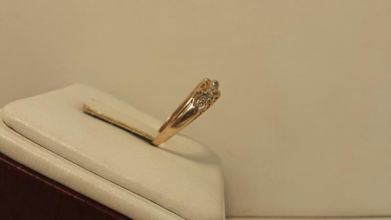 14k Yellow Gold Ring with 1 Diamond Chip - 1.1dwt - Size 6