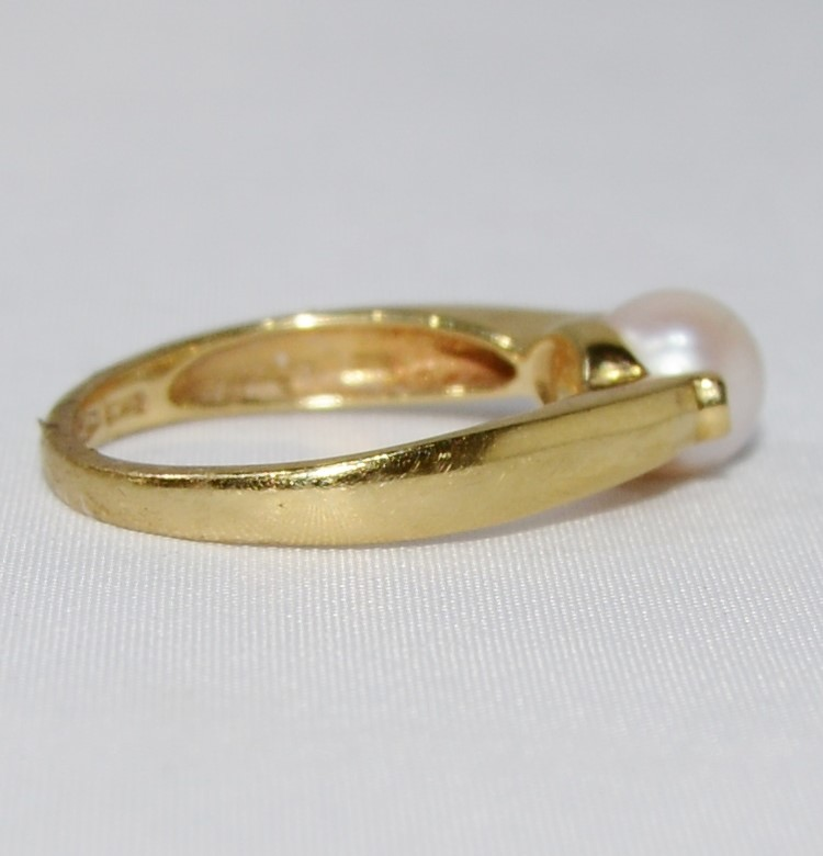 18K Yellow Gold Simple & Elegant Pearl & Diamond Ring SIZE 8