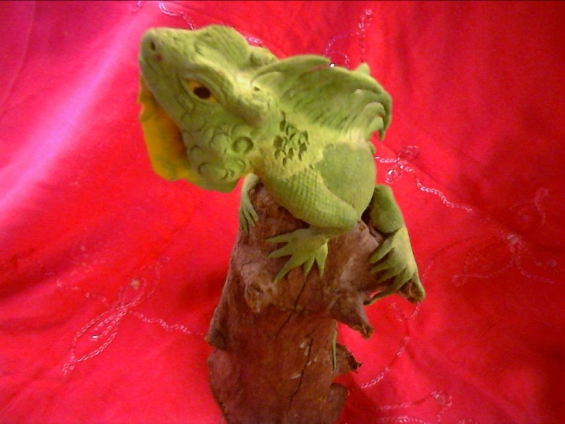 FIGURINES COLLECTIBLES NEW MISC NEW MISC; (X-1)GREEN IGUANA ON WOOD