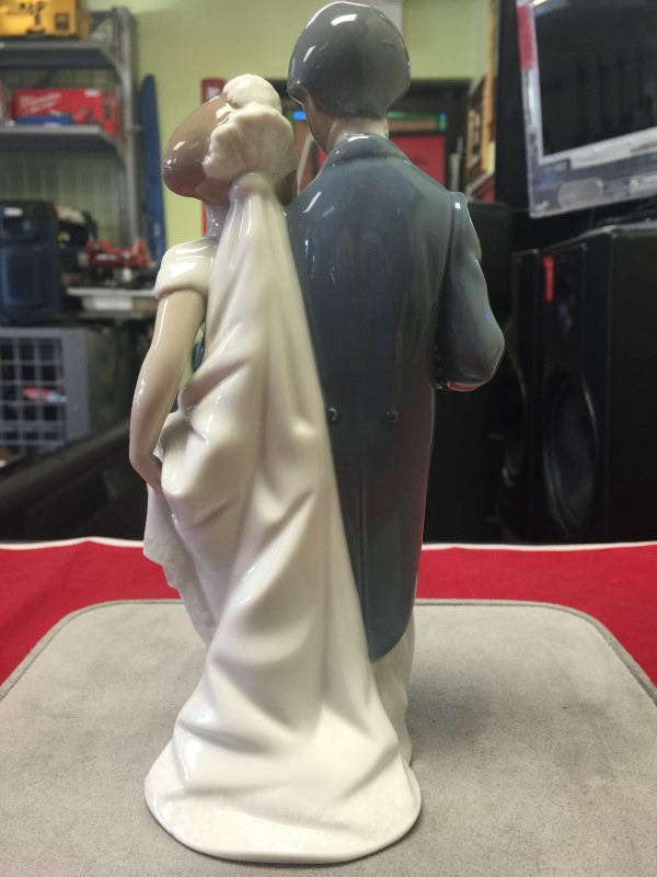 LLADRO Collectible Figurine WEDDING BELLS