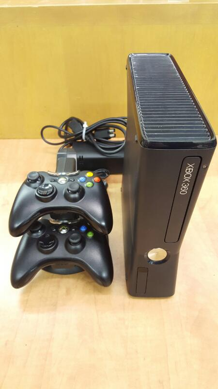 MICROSOFT XBOX 360 250GB - 1439 CONSOLE w/Charging dock & 2 Controllers