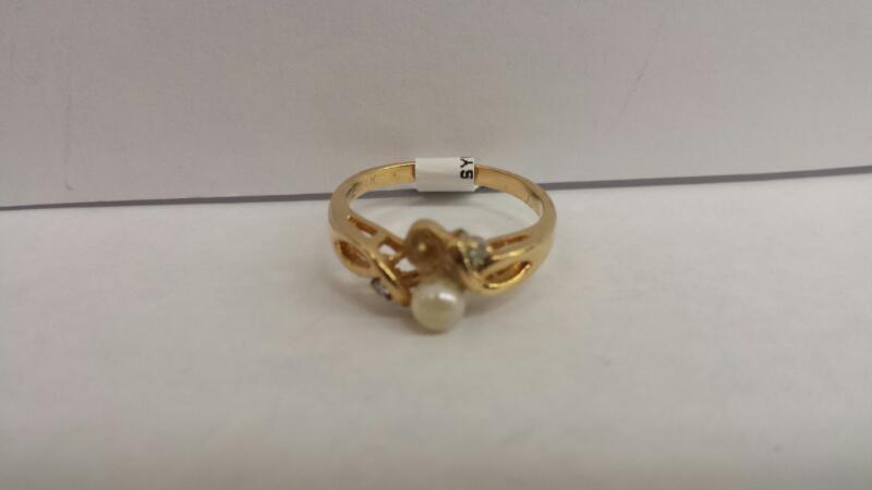 14k Yellow Gold Ring with 1 Pearl and 2 Diamond Chips