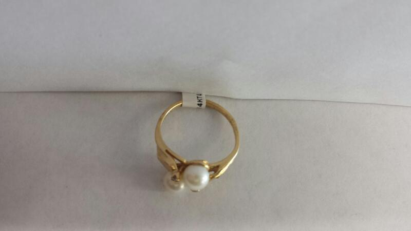 14k Yellow Gold Ring with 2 Pearls and 2 Diamond Chips