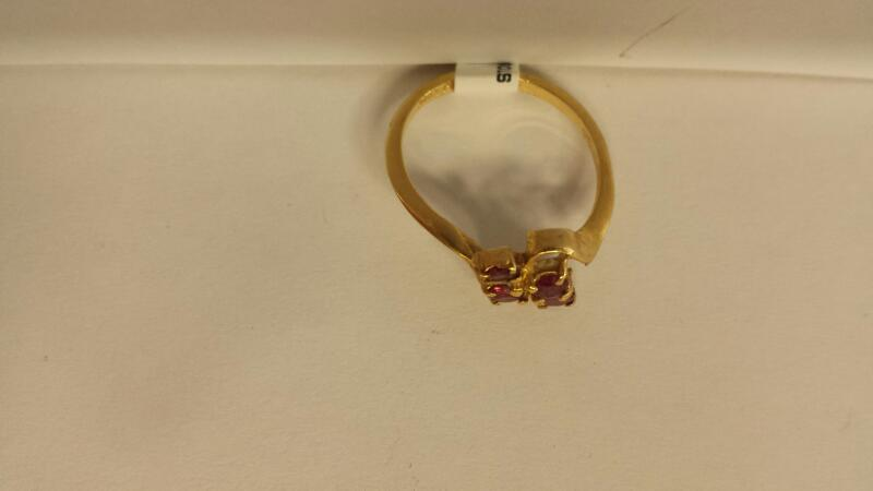 14k Yellow Gold Ring with 1 Red Stones