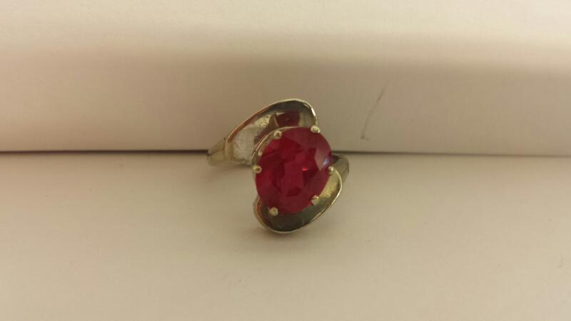10k White Gold RIng with 1 Red Stone