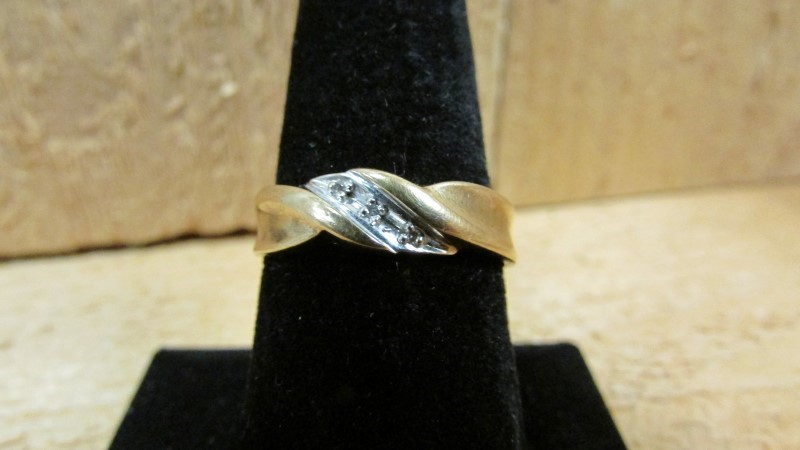 Gent's Diamond Fashion Ring 3 Diamonds 0.03 Carat T.W. 10K Yellow Gold 2.4g Size