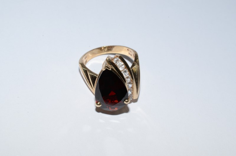 Garnet Lady's Ring w/ 7 White Stones 10K Yellow Gold 6.2g Size: 6