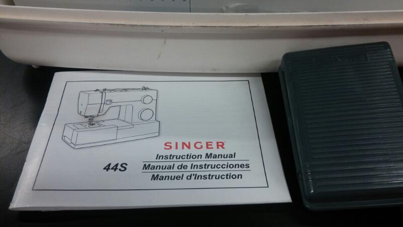 SEWING MACHINE: SINGER MODEL CLASSIC 44S NICE USED CONDITION