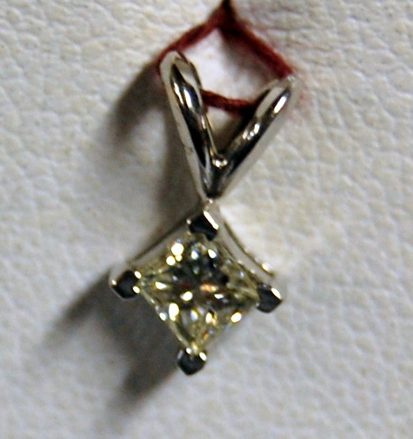 Gold-Diamond Solitaire Pendant .30 CT. 14K White Gold 0.5g