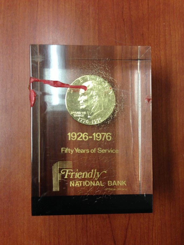 VINTAGE FRIENDLY NATIONAL BANK DESK PAPERWEIGHT WITH 1976 SILVER DOLLAR