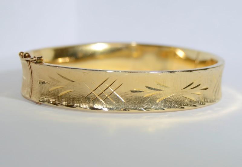 14K Yellow Gold Diamond Cut Etched Hinged Textured Bangle Bracelet