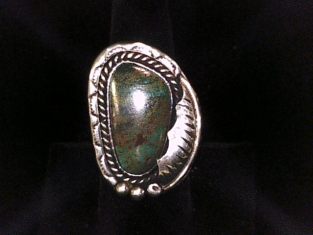 BEAUTIFUL 8.25 RING SIZE STERLING SILVER RING WITH TURQUOISE STONE