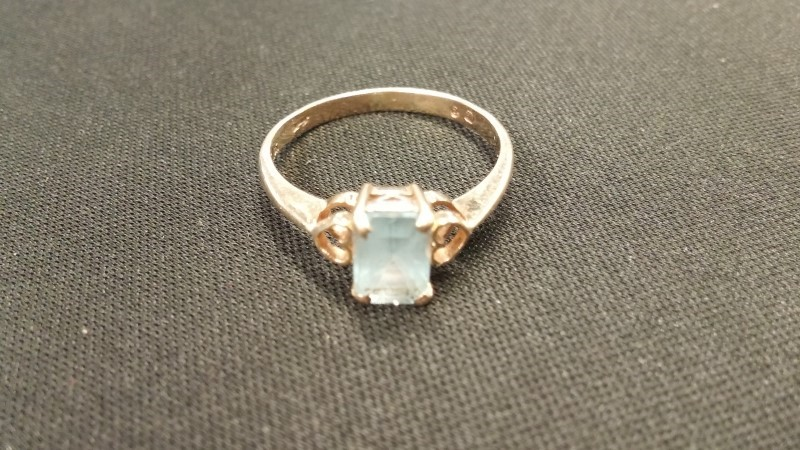 Aquamarine Lady's Stone Ring 10K Yellow Gold Size:7.5