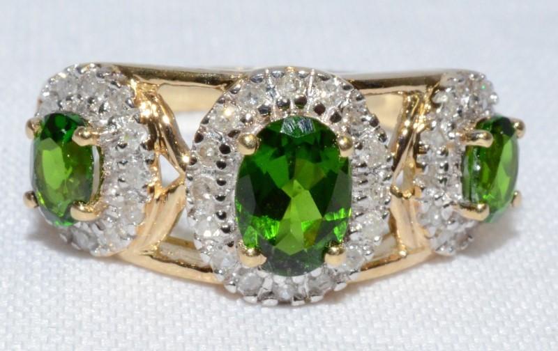 GREEN STONE & DIAMOND RING IN SIZE 7, 10K YELLOW GOLD W/ OVAL CUT STONES