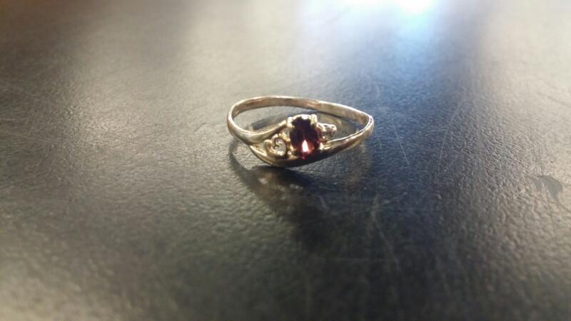 Lady's garnet Stone Ring 14K Yellow Gold 0.7dwt Size:7