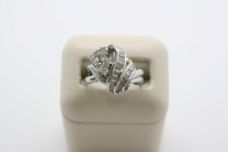 LADYS PLATINUM DIAMOND RING