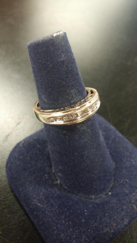 "LADY'S ""MOM"" SCRIPT RING DIAMOND SINGLE ROW 10K GOLD"