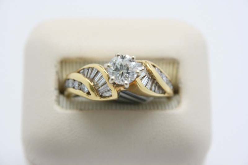 LADY'S DIAMOND FASHION RING 18K YELLOW GOLD