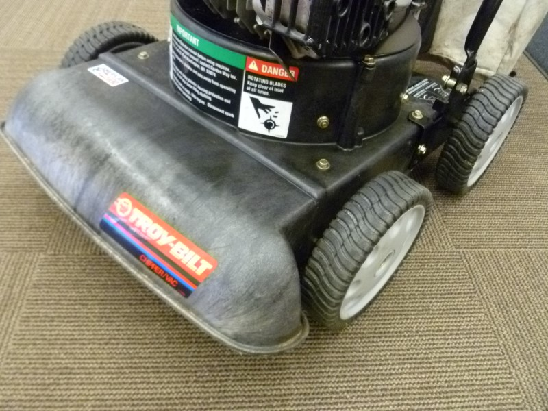 TROY BILT CHIPPER/LAWN VAC