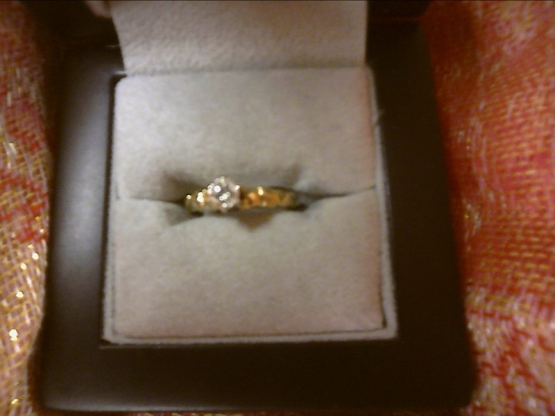 10K YELLOW GOLD RING WITH .27 DIAMOND IN CENTER-ROSES ON EITHER SIDE SIZE: 4 1/2