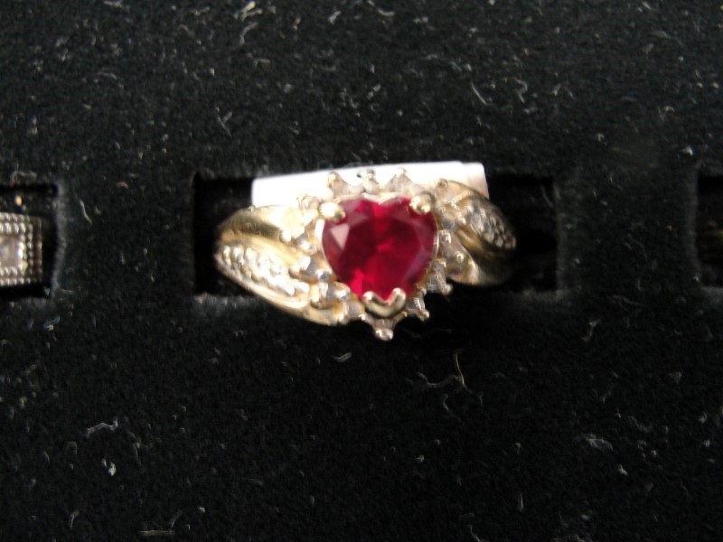 Red Stone Lady's Stone Ring 10K Yellow Gold 2.6g