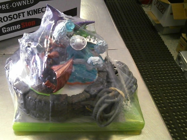 SKYLANDERS PORTAL WITH 5 SKYLANDERS FIGURES AND 4 DVD AND 1 XBOX 360 AND A BULLE