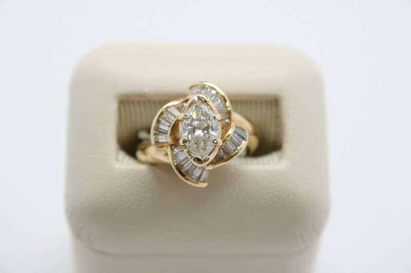 LADY'S FASHION STYLE DIAMOND RING 18K YELLOW GOLD