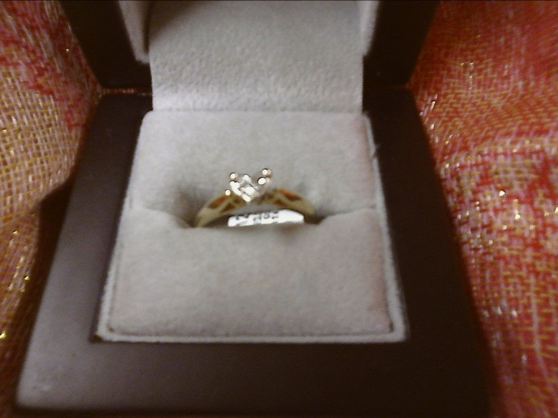 14K YELLOW GOLD RING-3 PRINCESS CUT DIAMONDS IN SHAPE OF HEART IN CENTER SIZE: 6