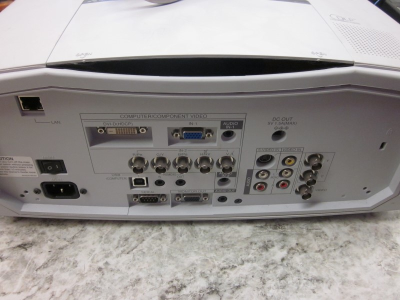 MITSUBISHI WD 2000 DLP PROJECTOR **NEEDS LAMP**
