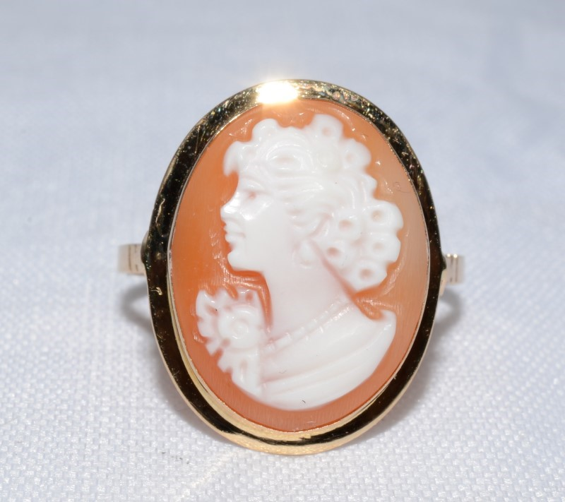 Cameo Lady's Stone Ring 14K Yellow Gold 2.6g