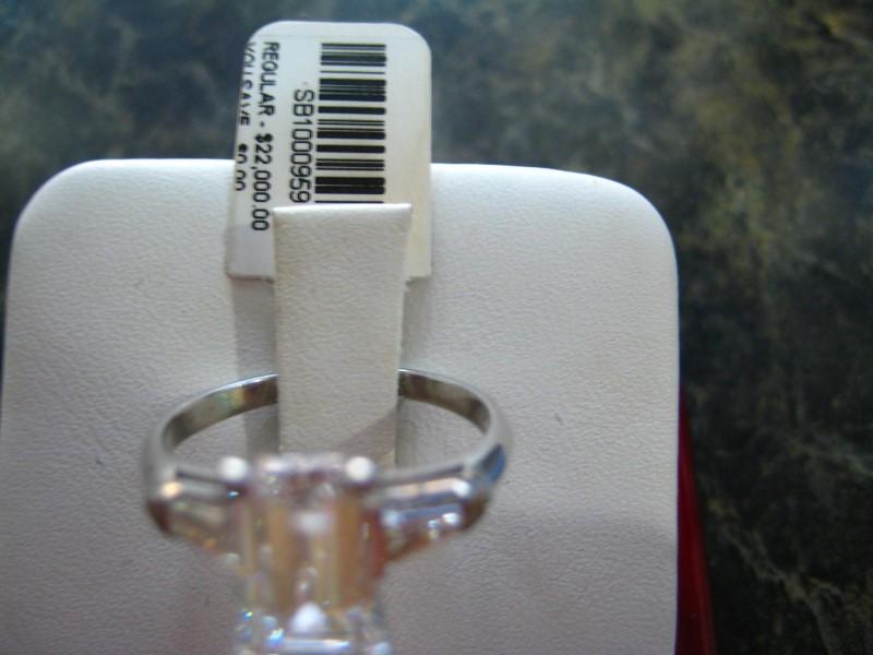 Lady's Gold Ring 14K White Gold 2.9g