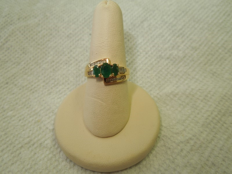 Synthetic Emerald Lady's Stone & Diamond Ring 20 Diamonds .100 Carat T.W.