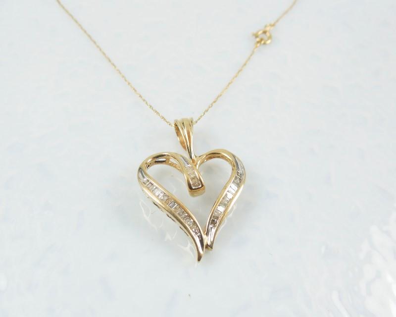 Gold-Diamond Solitaire Pendant 33 Diamonds 0.33 Carat T.W. 10K Yellow Gold 2.6g