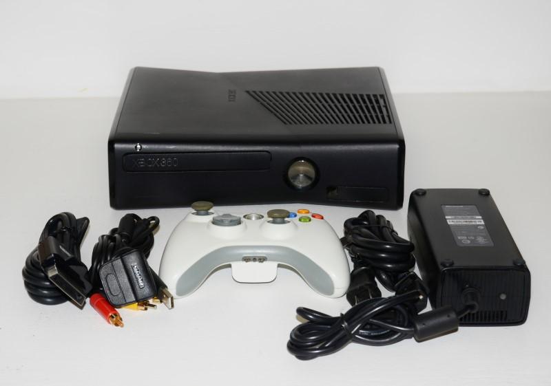 XBOX 360 4GB SLIM CONSOLE IN BLACK, MODEL#1439, GOOD CONDITION