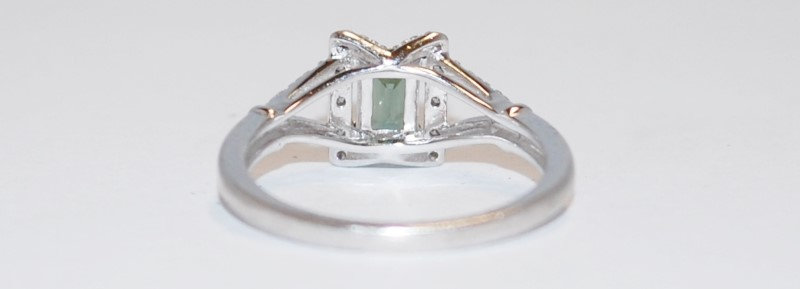 Lady's Green Stone Ring set in 925 Sterling Silver 2.63g Size:8