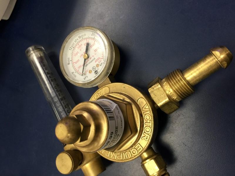 VICTOR HSR 2570 INERT GAS REGULATOR W/ FM 372 ARGON/HELIUM GAUGE