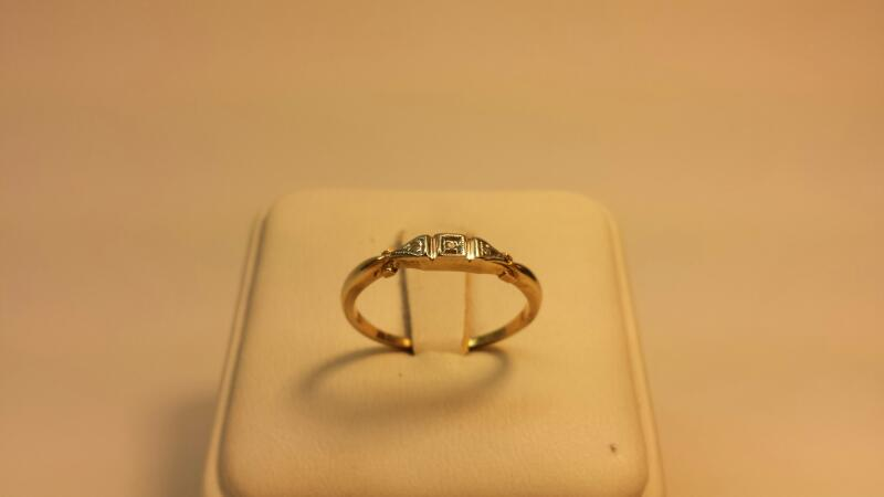 14k Yellow Gold Ring with 3 Diamond Chips - 1.1dwt - Size 8