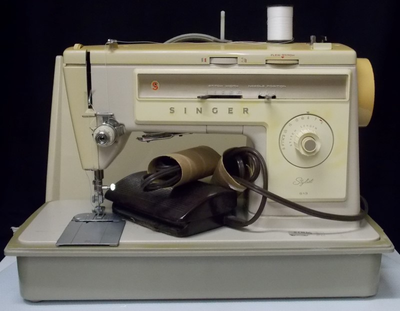 SINGER SEWING MACHINE STYLIST 513 IN CASE