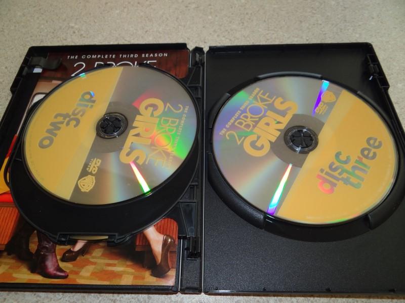 WARNER BROTHERS DVD 2 BROKE GIRLS
