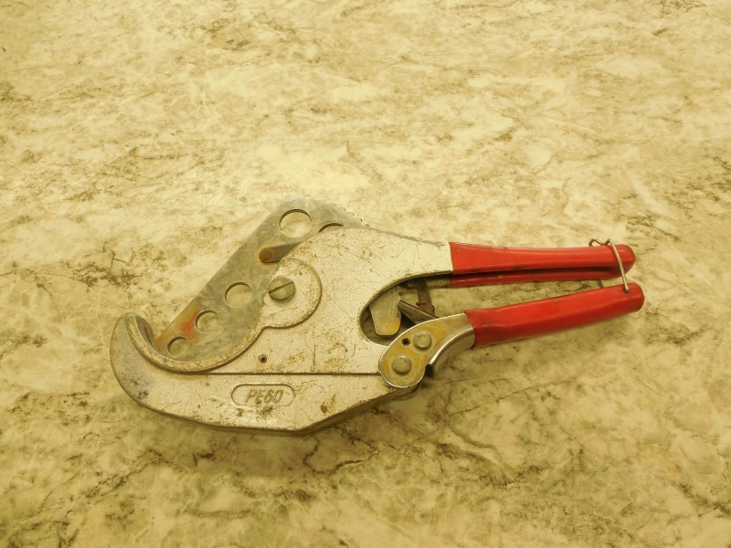 """2"""" PVC PIPE CUTTER, NOTICABLE WEAR, STILL FUNCTIONAL"""