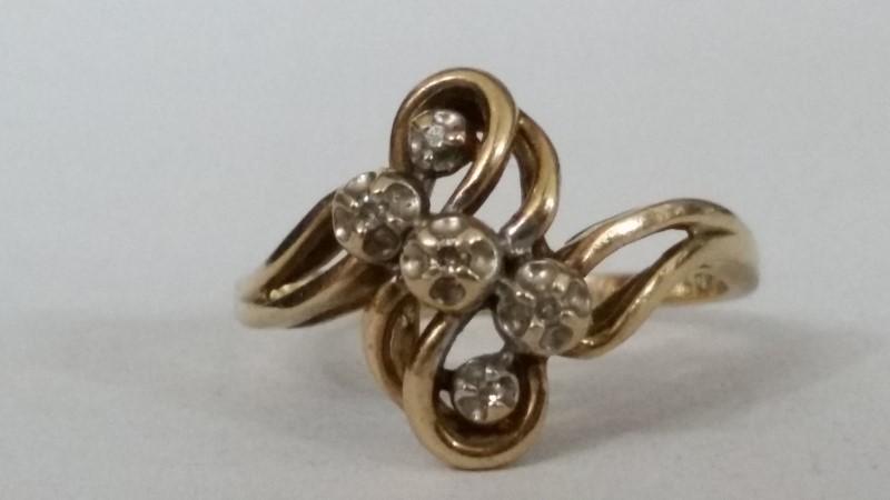 Lady's Diamond Cluster Ring 5 Diamonds .15 Carat T.W. 10K Yellow Gold 2.02g
