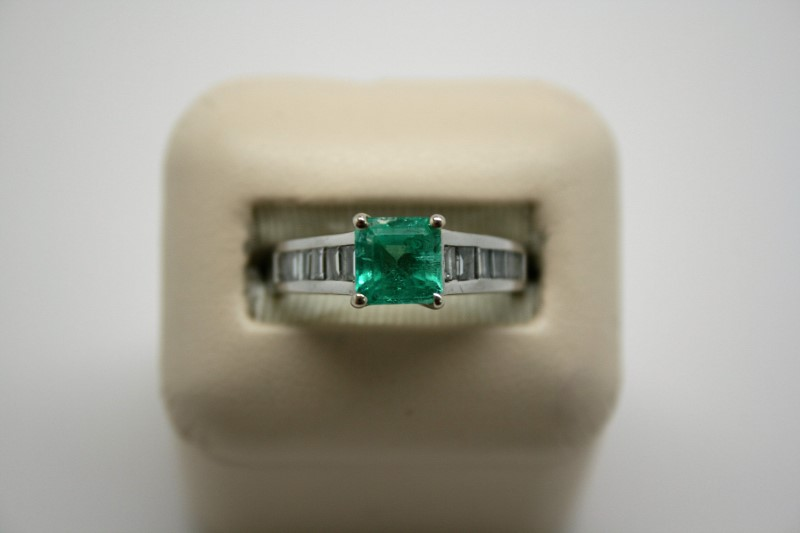 LADY'S EMERALD & BAGUTTE DIAMOND RING 14K WHITE GOLD