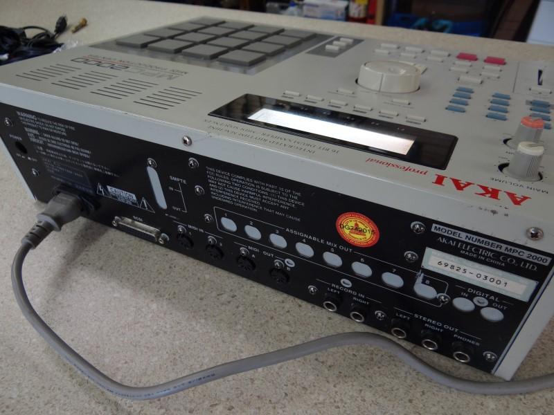AKAI MPC 2000 MIDI PRODCUTION CENTER WITH DISK