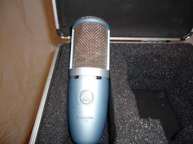 AKG Microphone PERCEPTION 220