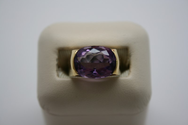 LADY'S OVAL SHAPE AMETHYST RING 18K YELLOW GOLD