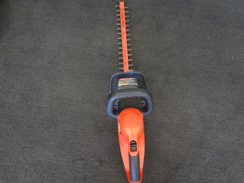 BLACK & DECKER HT020 3.8 AMP 20-INCH ELECTRIC DUAL ACTION HEDGE TRIMMER
